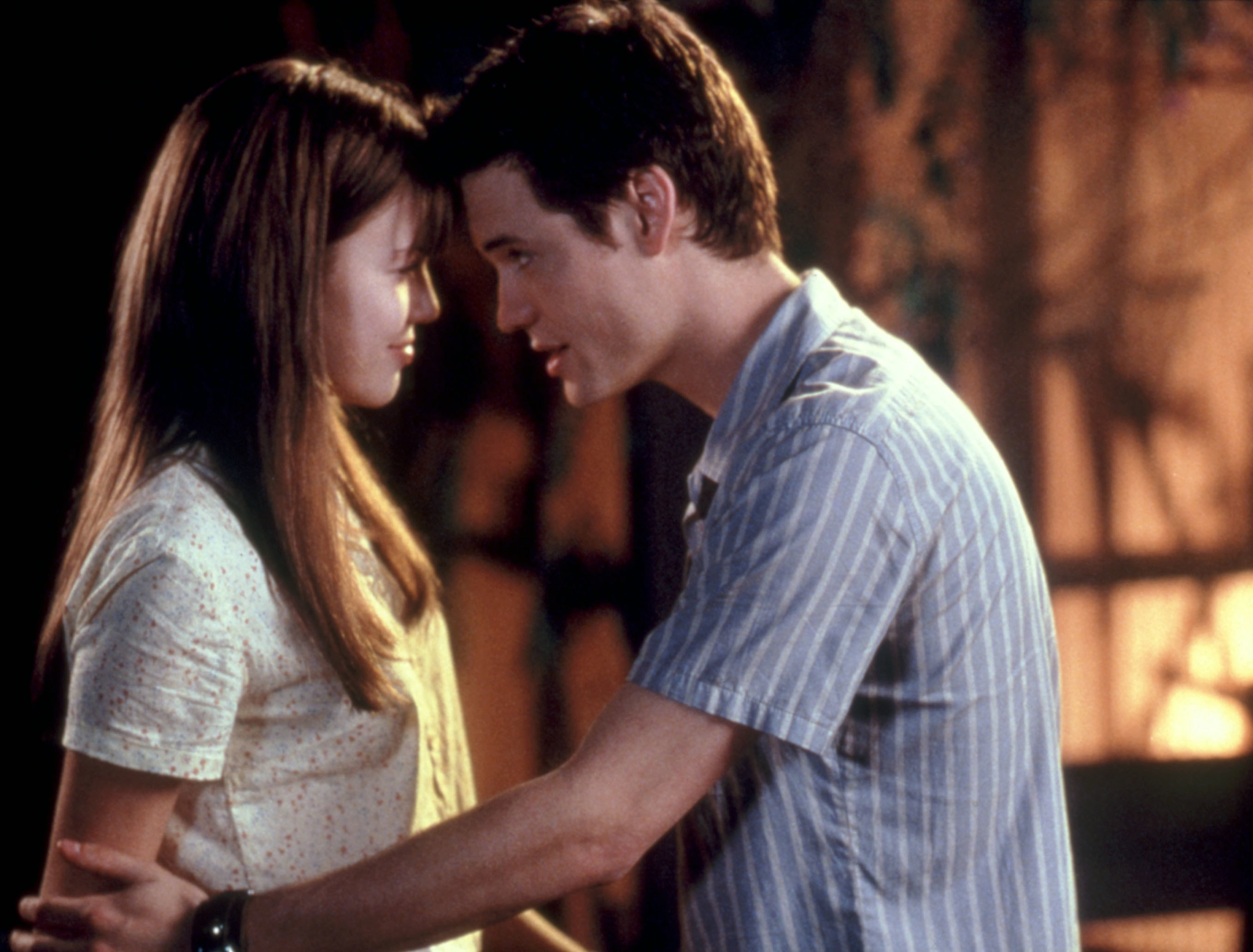 Moore and West touch foreheads in A Walk to Remember