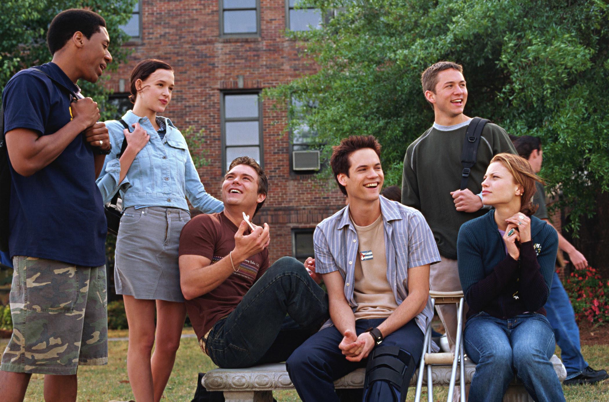 Al Thompson, Paz de la Huerta, Clayne Crawford, Shane West, Jonathan Parks Jordan, and Lauren German hang out on a bench in A Walk to Remember
