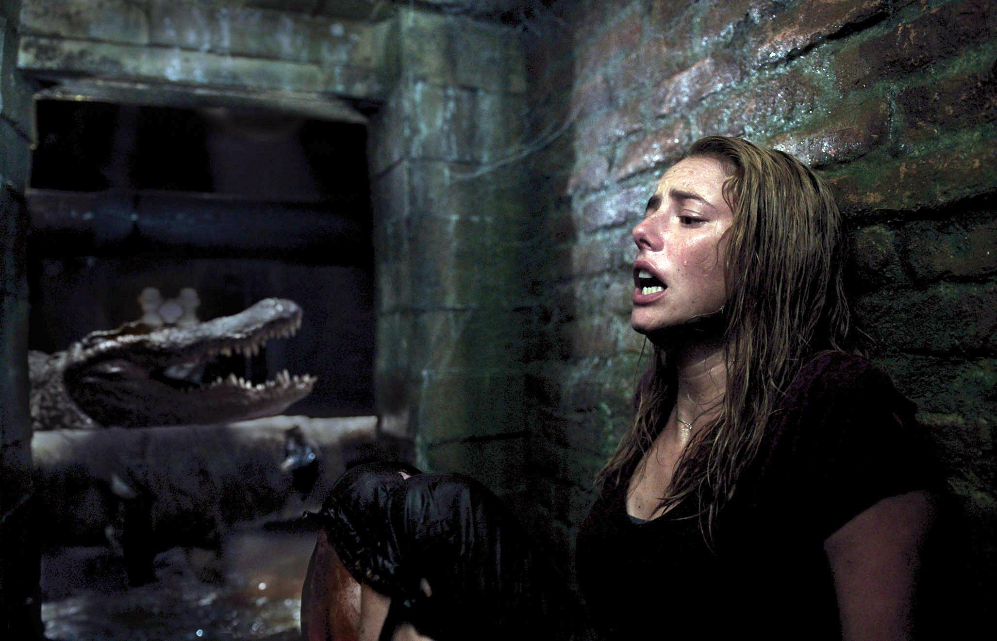 Kaya Scodelario win an alligator swimming near her