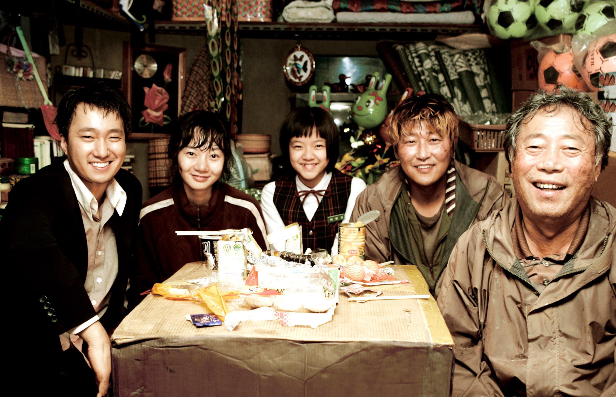 Park Hae-il, Bae Du-na, Ko Ah-sung, Song Kang-ho, and Byeon Hie-bong sit around a table