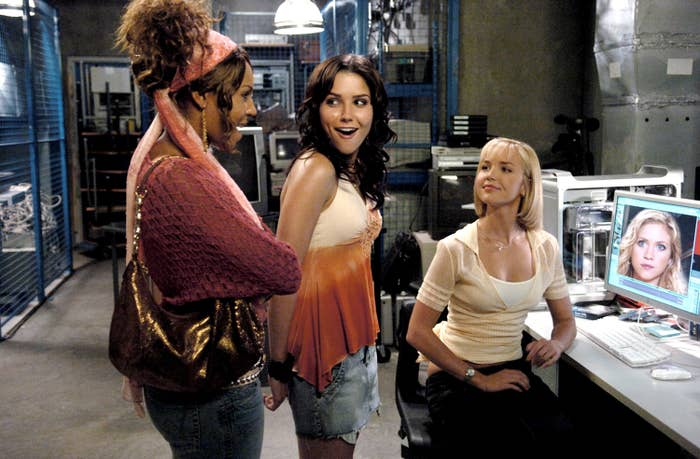 On set of John Tucker Must Die, Ashanti, Sophia Bush, and Arielle Kebbel smile at each other, Brittany Snow is seen on a computer monitor