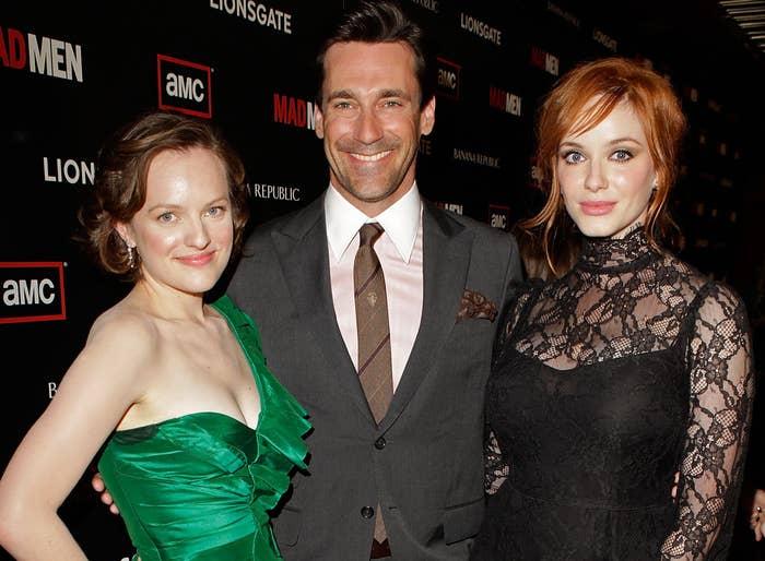 克里斯蒂娜站在Co-Stars Jon Hamm和Elizabeth Moss