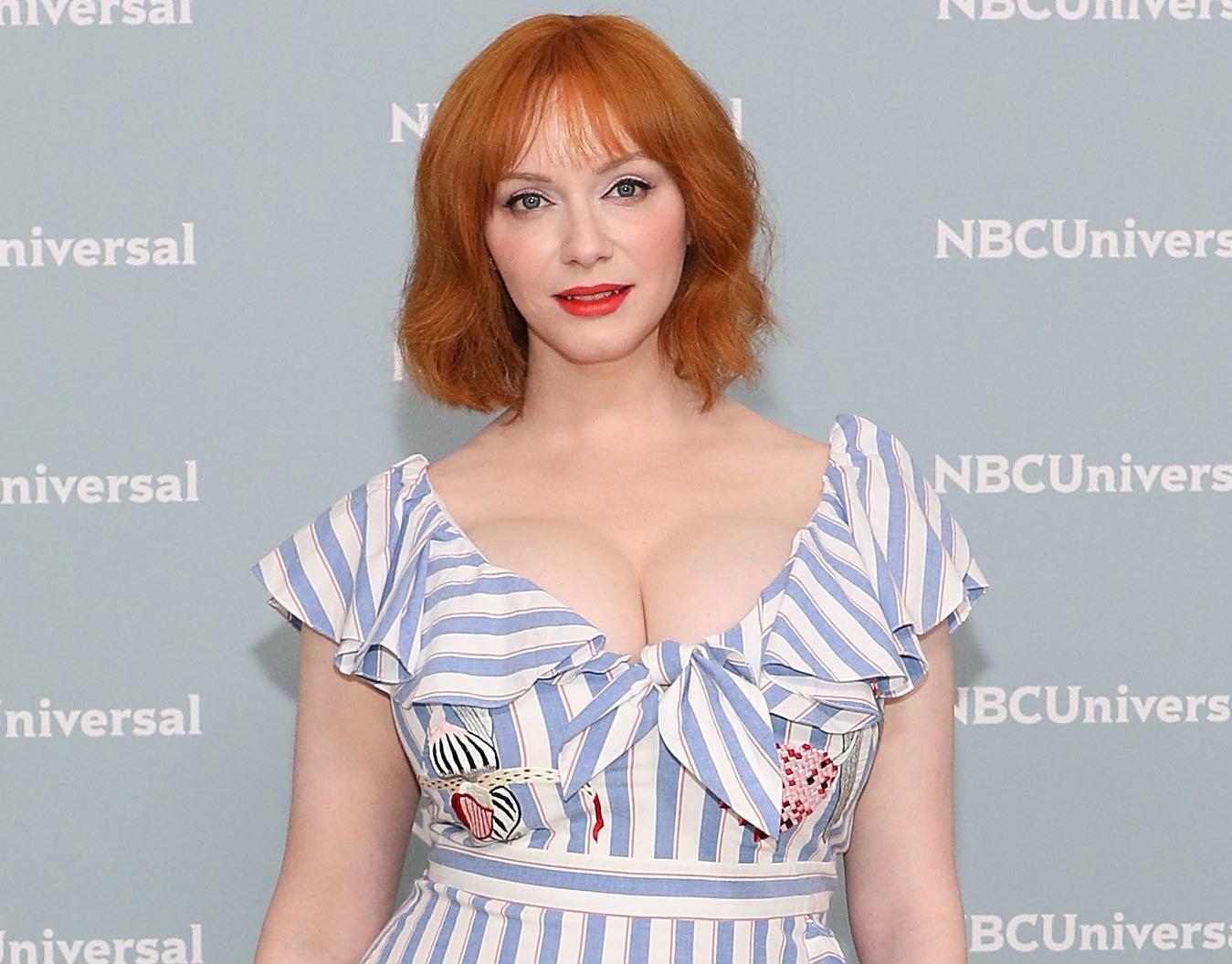 克里斯蒂娜穿着蓝色和白色的镶边