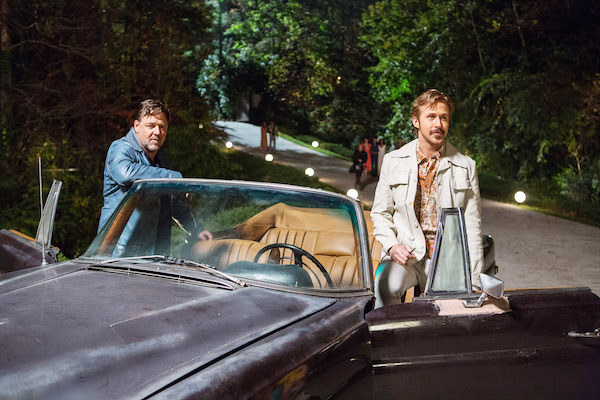 Russell Crowe and Ryan Gosling getting out of the car