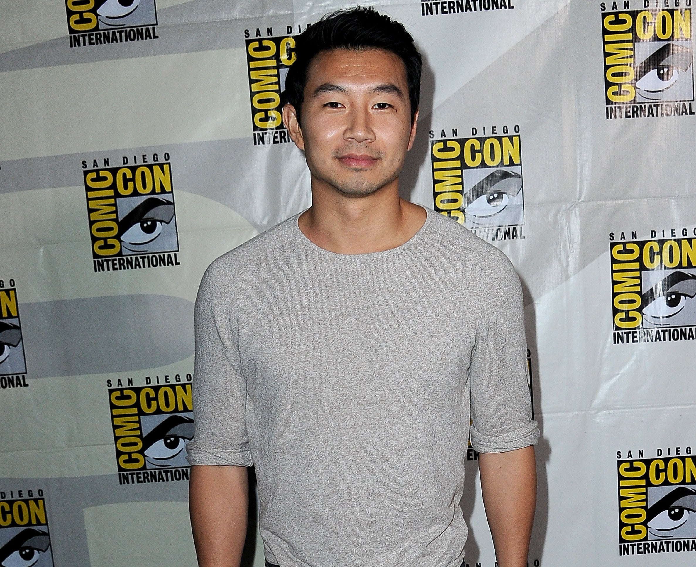Simu wears a grey long sleeve t-shirt at Comic Con