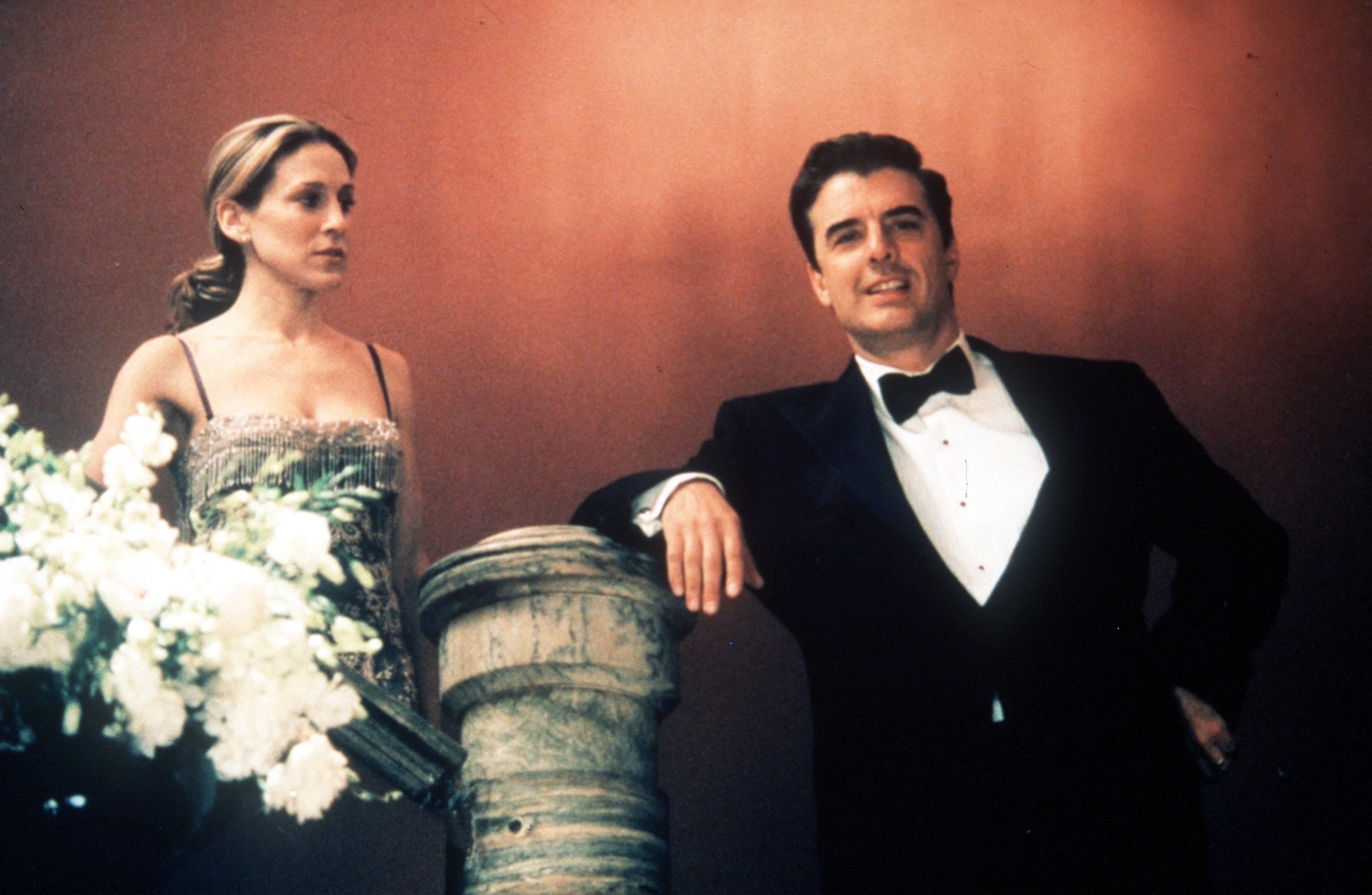 """Sarah Jessica Parker and Chris Noth stand on a staircase while filming """"Sex and the City"""""""