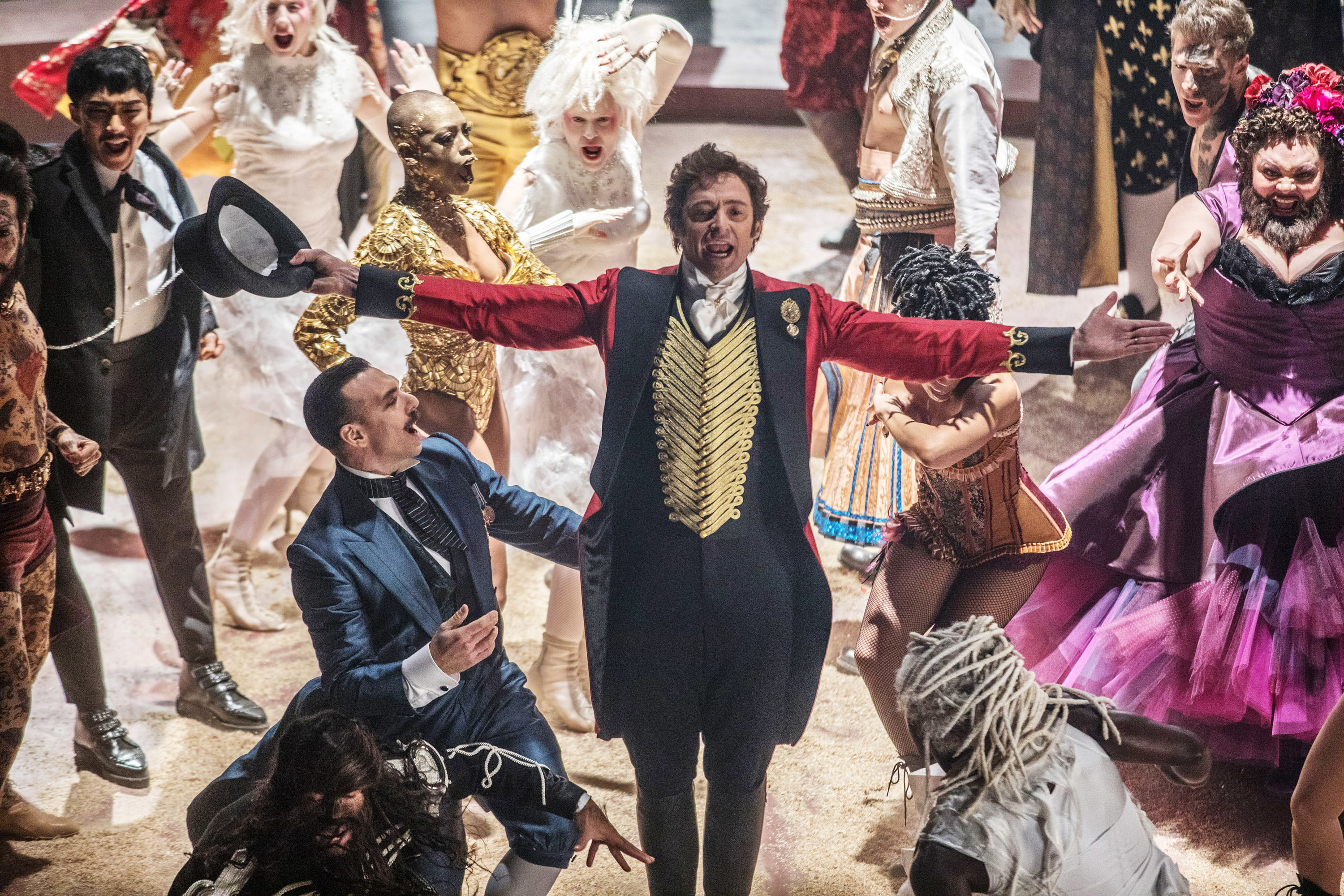 Hugh Jackman at the center of the cast of the greatest showman performing