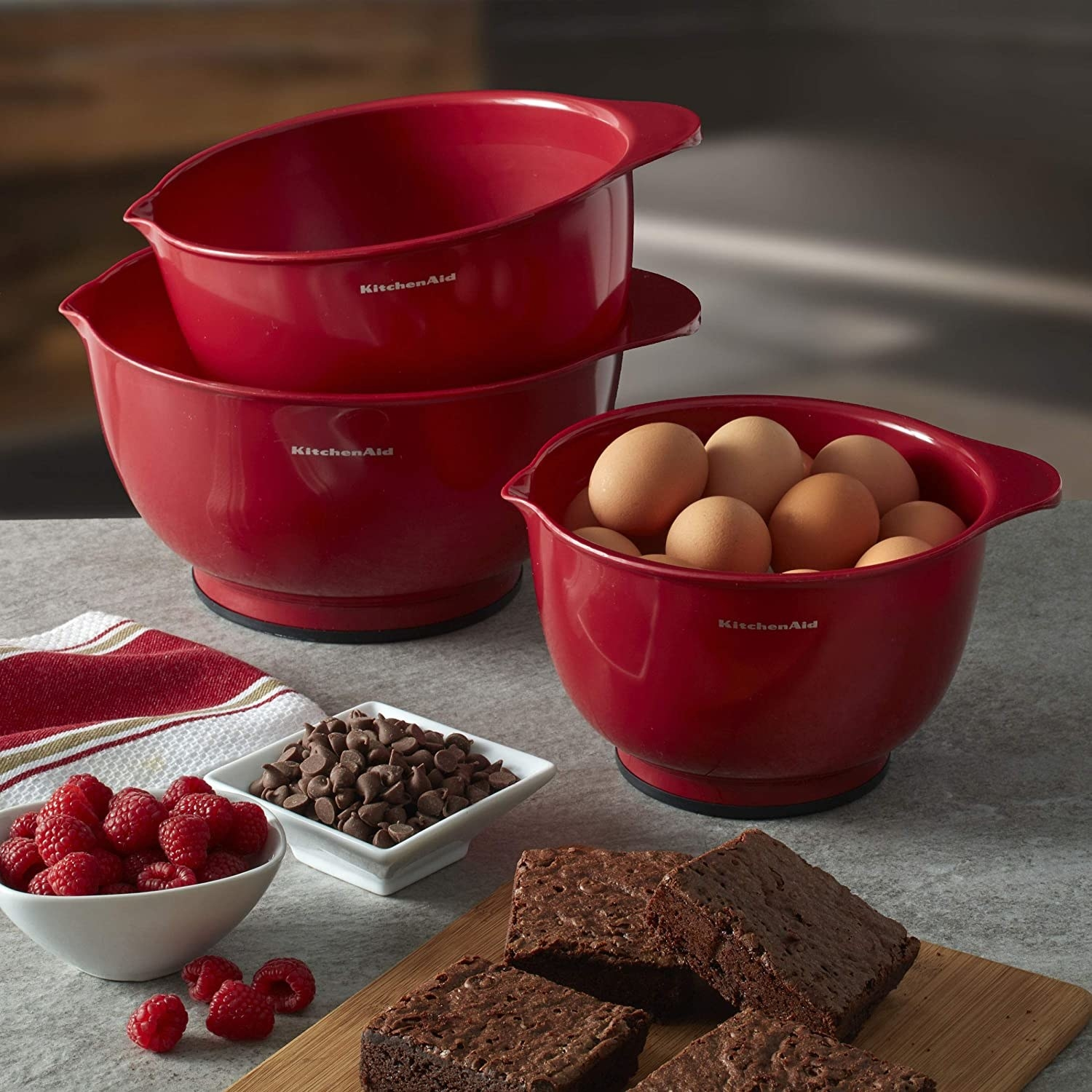 The red bowls in three different sizes