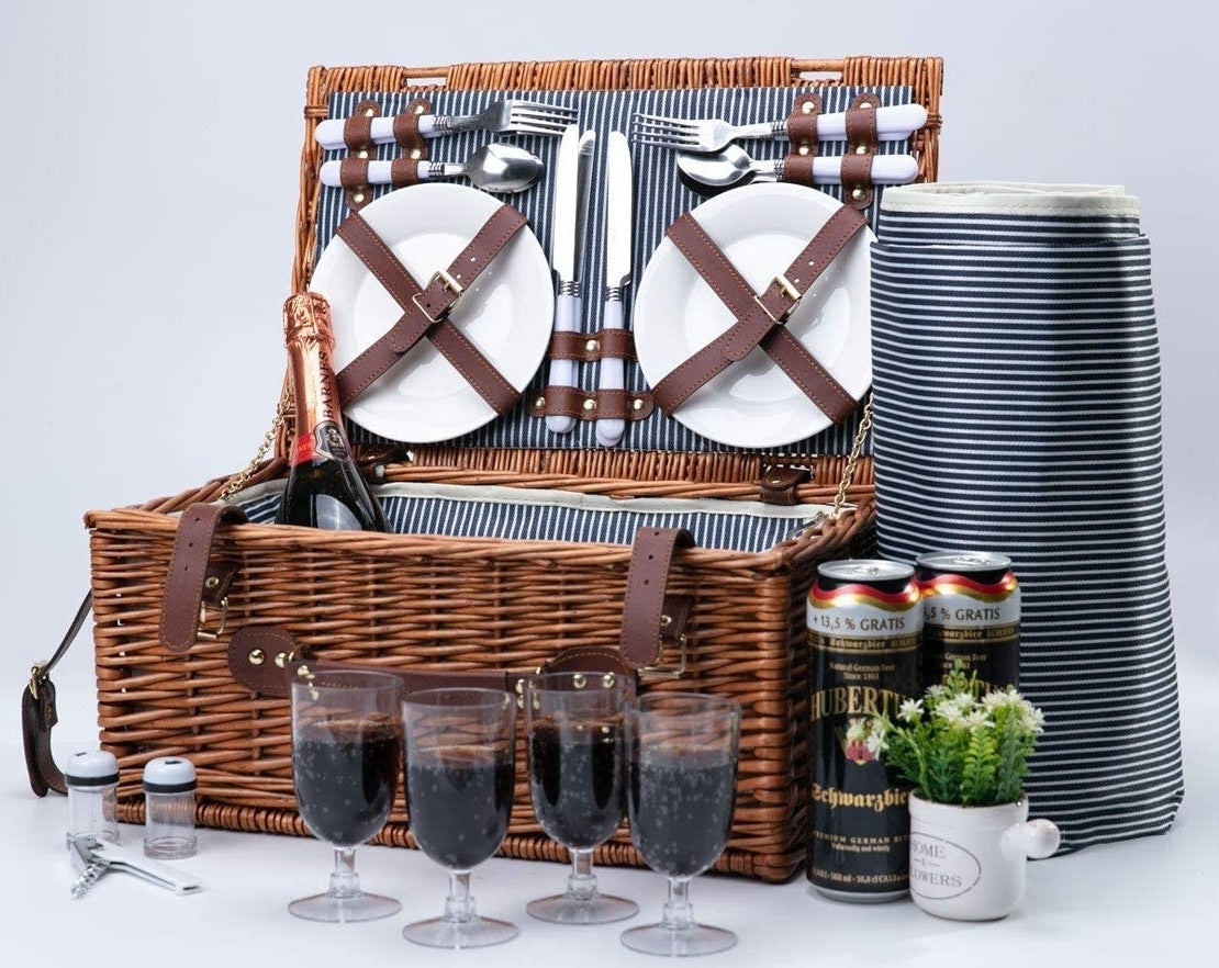 The contents of the picnic set