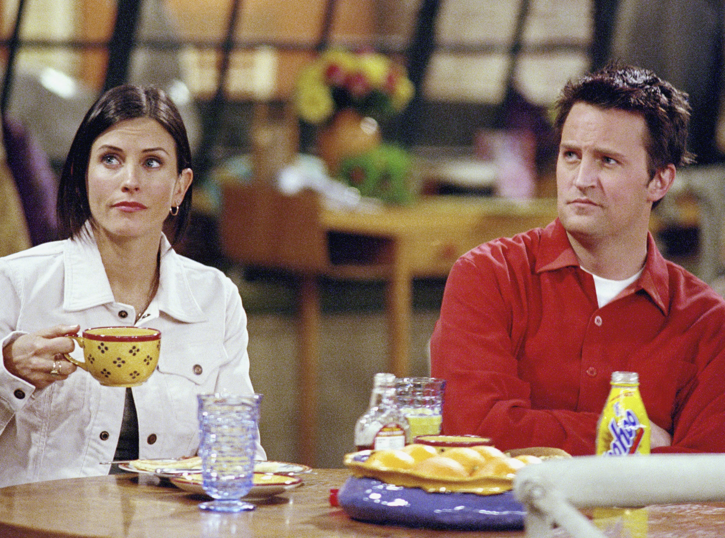 Matthew andCourteney Cox sit at the kitchen table on Friends