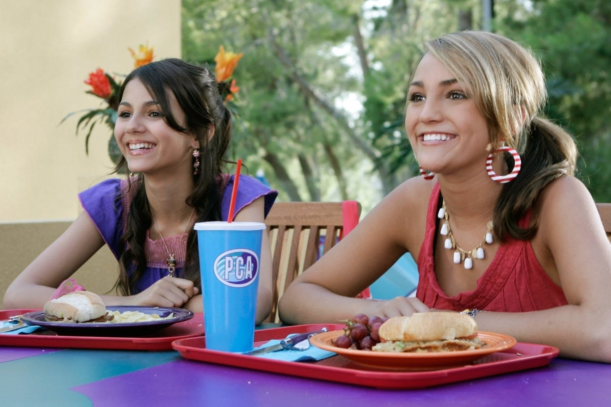 """Zoey and Lola sit at lunch on """"Zoey 101"""""""