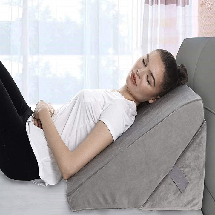 A model uses the pillow
