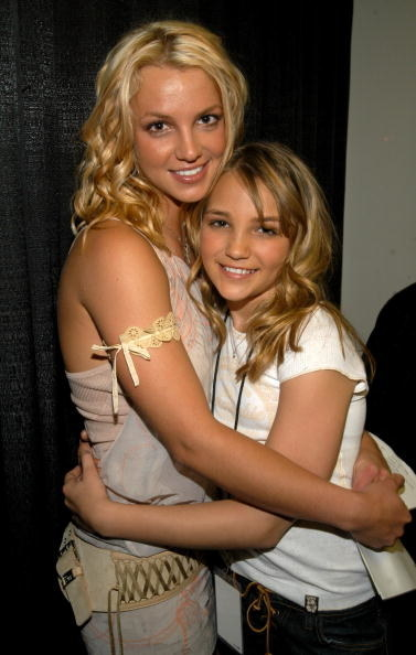 An older photo of Britney and Jamie Lynn hugging