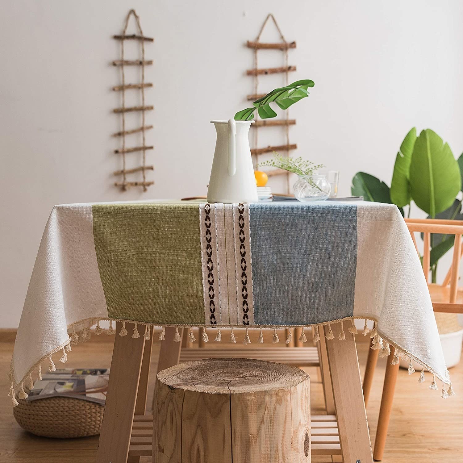 The tablecloth in green and blue with fringes and embroidery