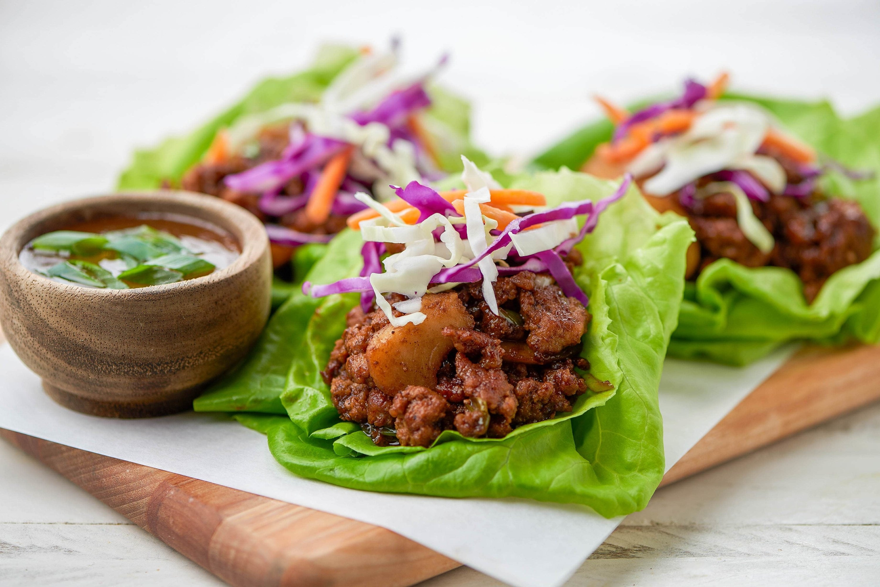 Lettuce cups with cabbage and sauce
