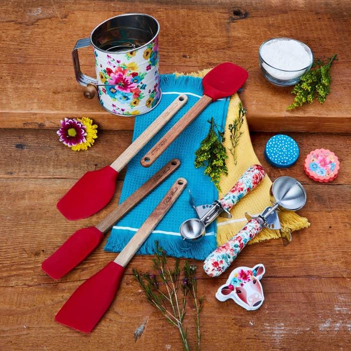 A ten-piece baking prep set