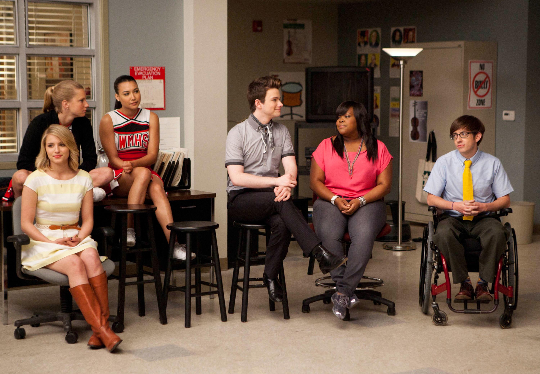 Quinn, Brittany, Santana, Kurt, Mercedes, and Artie in the Glee room