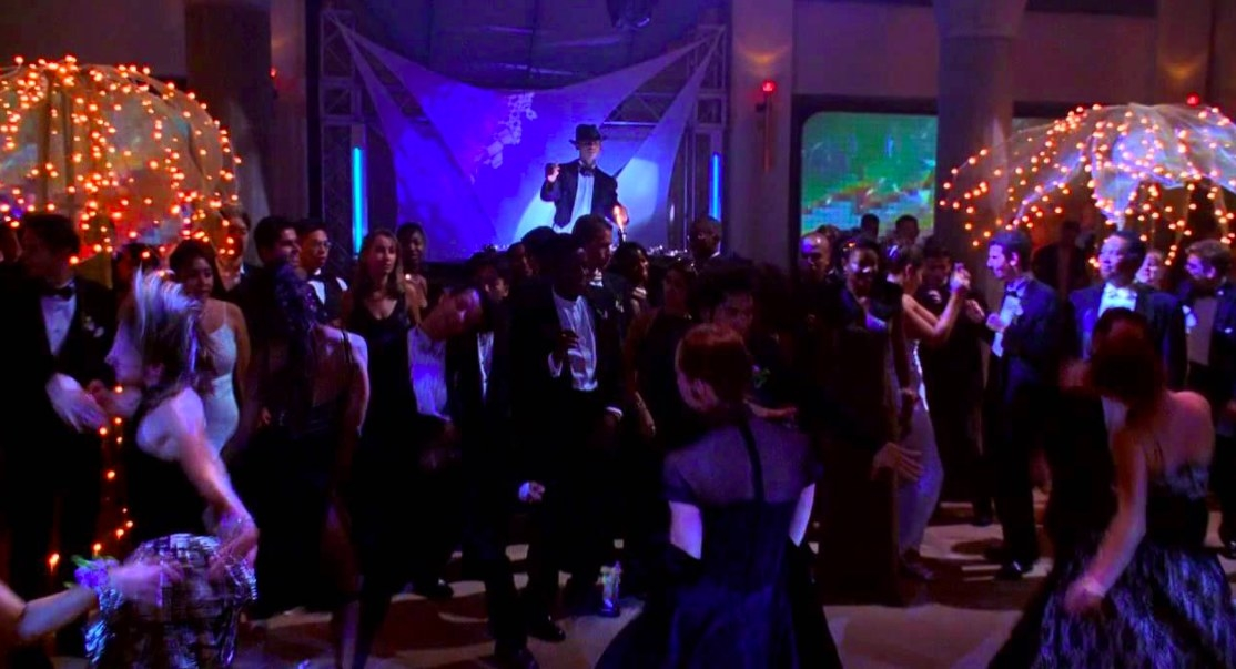A crowd dances at prom in She's All That