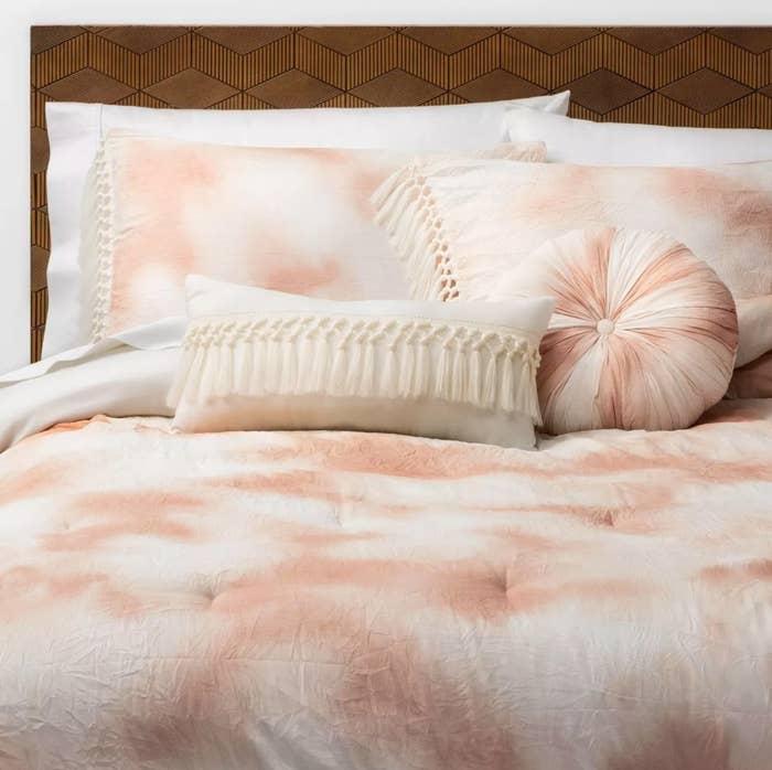 The tie-dye comforter set