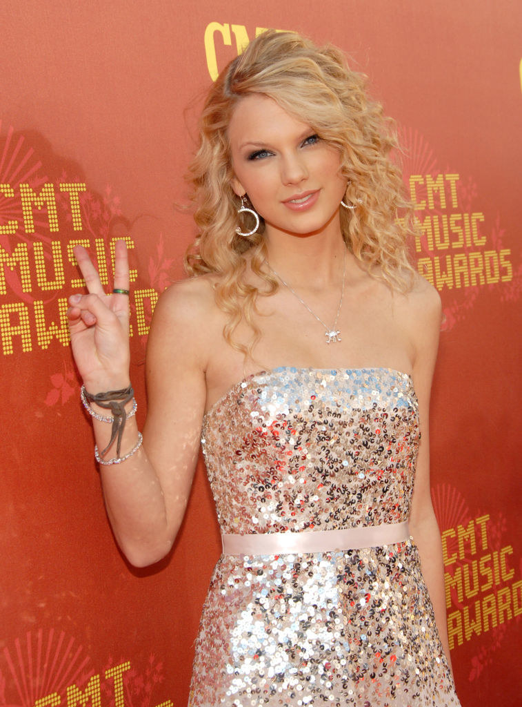 giving a peace sign at the CMT Awards