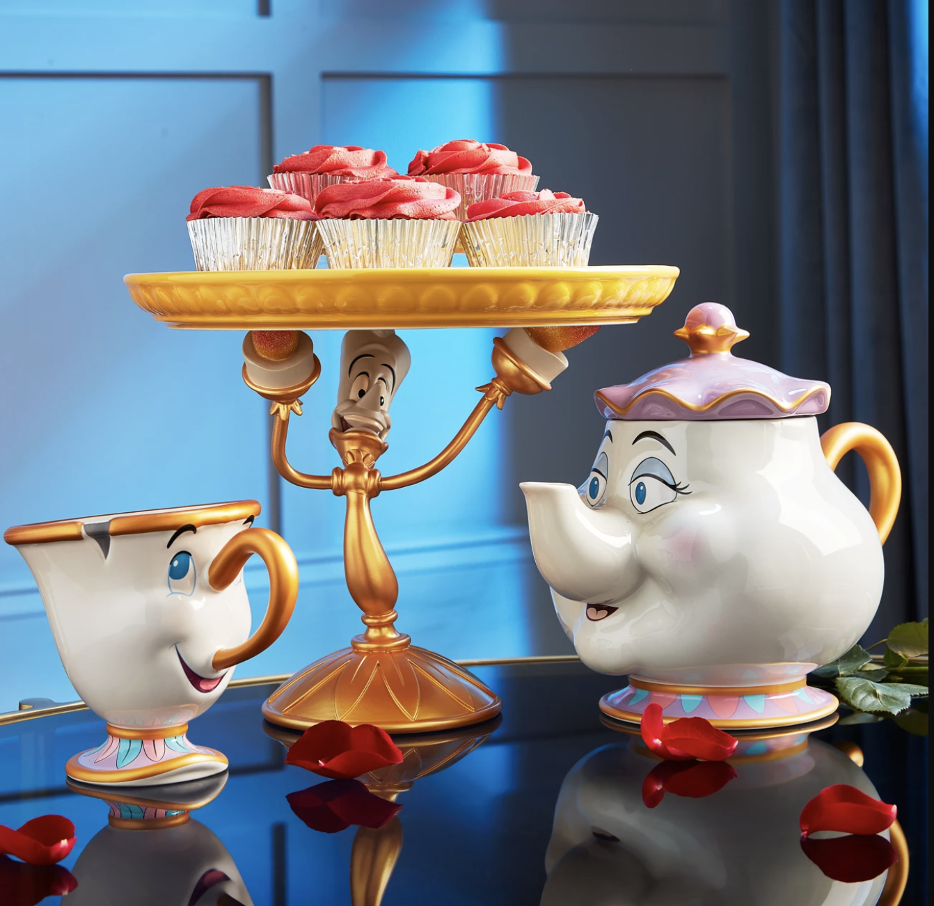 the cake stand with other kitchen accessories
