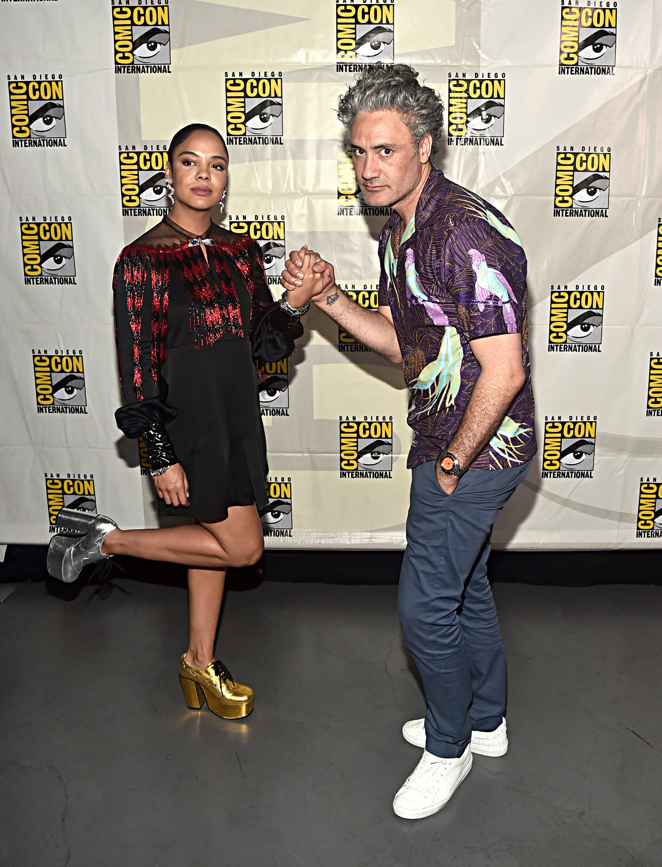 Tessa and Taika holding hands at San Diego Comic Con