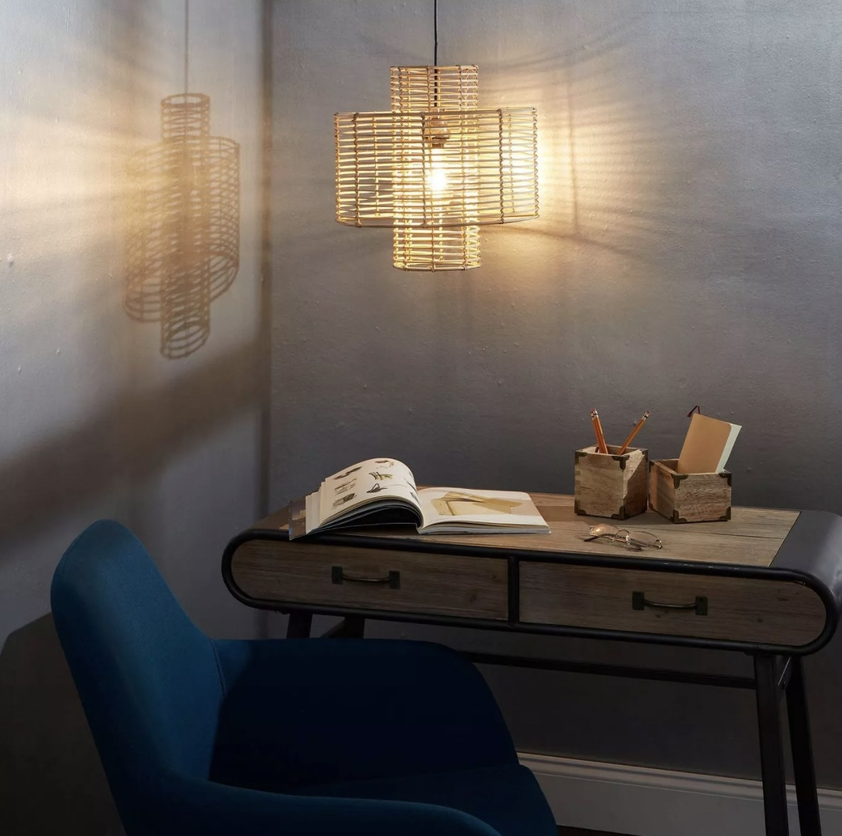 The rattan light has intersecting cylinder frames and casts a beautiful shadow on the wall