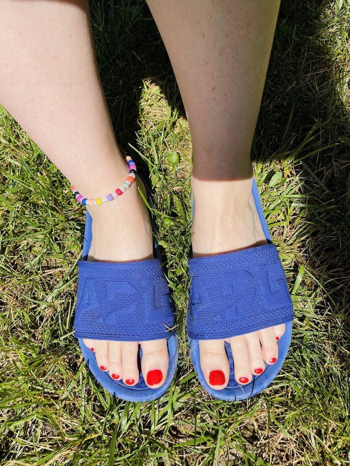 Rebecca Norris wearing the Blue Haze APL TechLoom Slides.