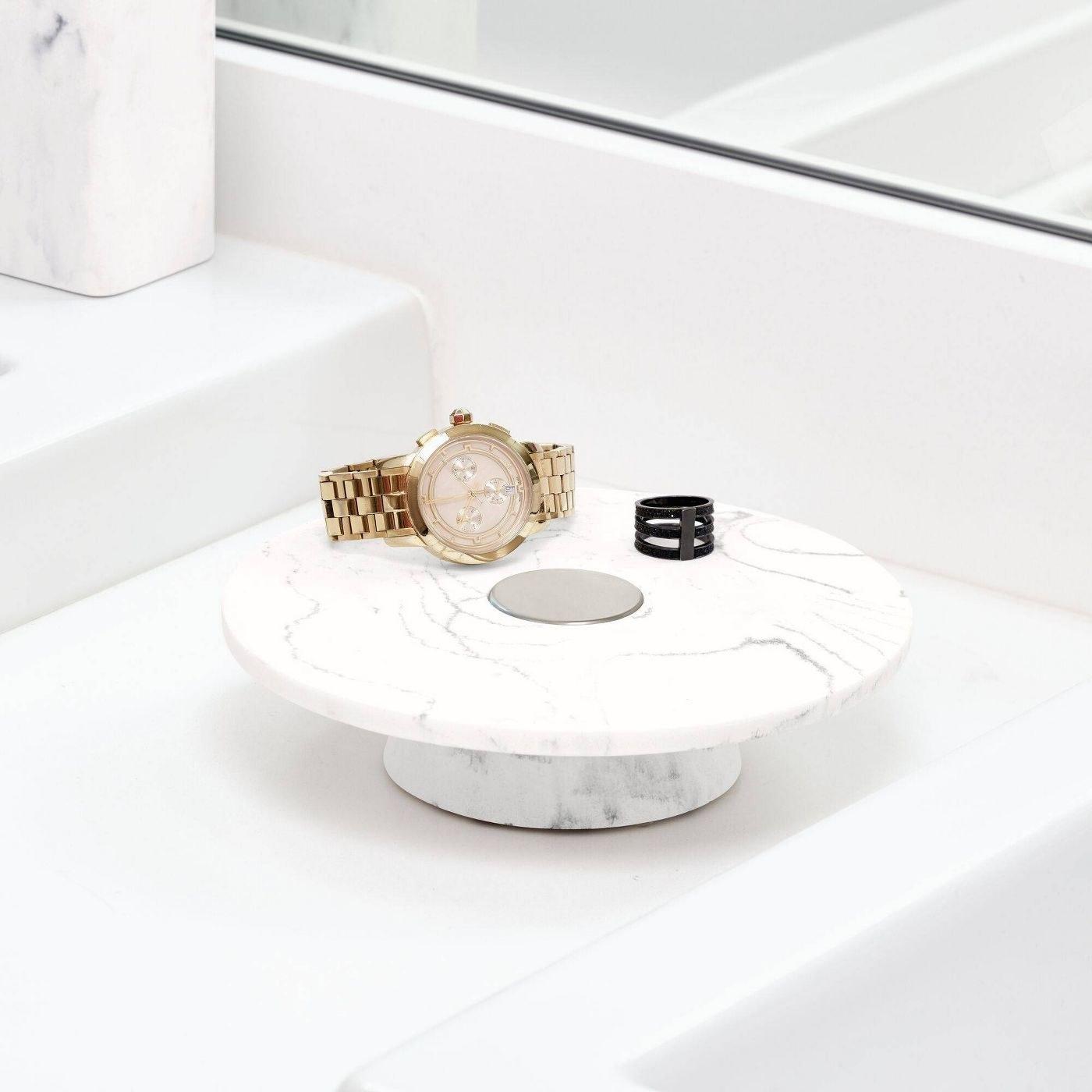 a white marble round tray