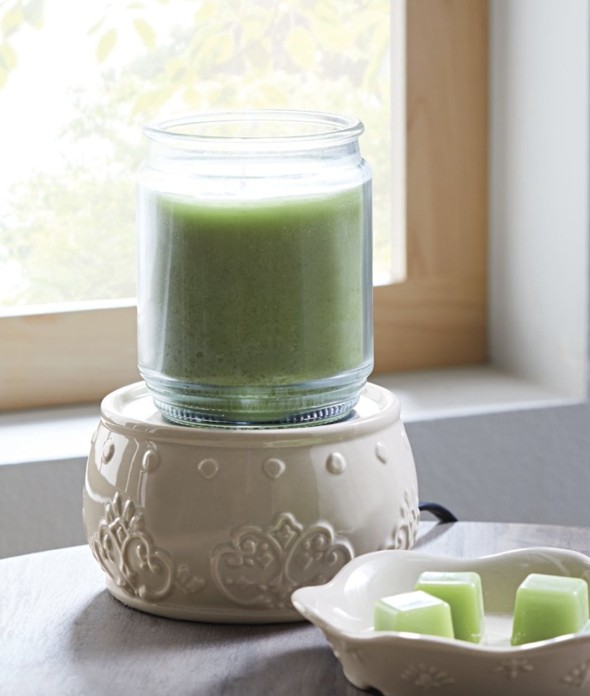 The ceramic warmer has ornate and beautiful designs