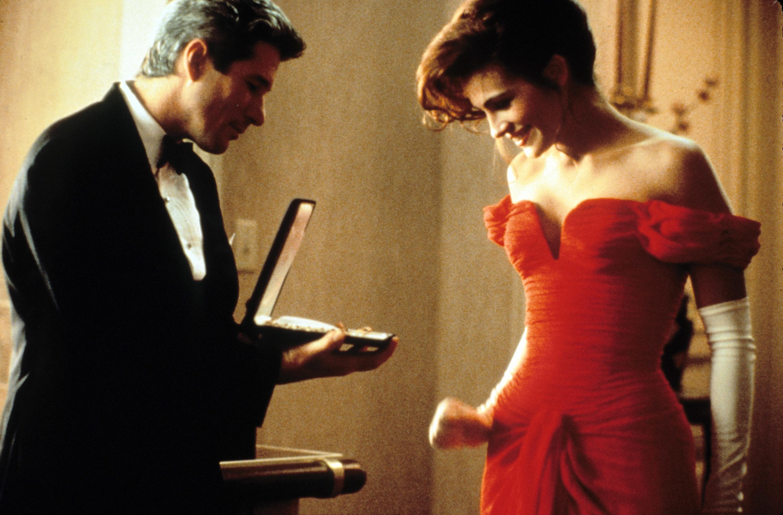 Edward gives Vivian a necklace