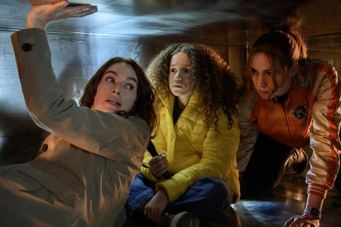 Lena Headey as Scarlet, Chloe Coleman as Emily, Karen Gillan as Sam in Gunpowder Milkshake