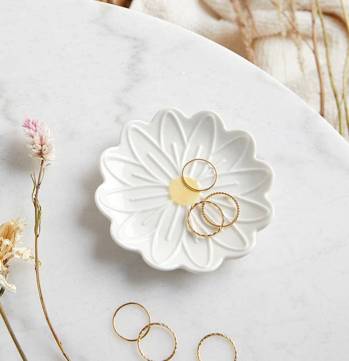a daisy shaped dish with rings on it