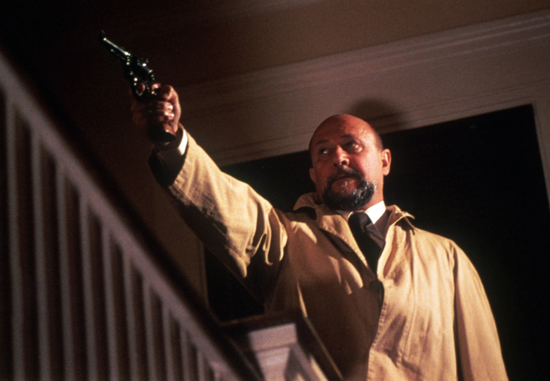 Loomis points his gun at the killer