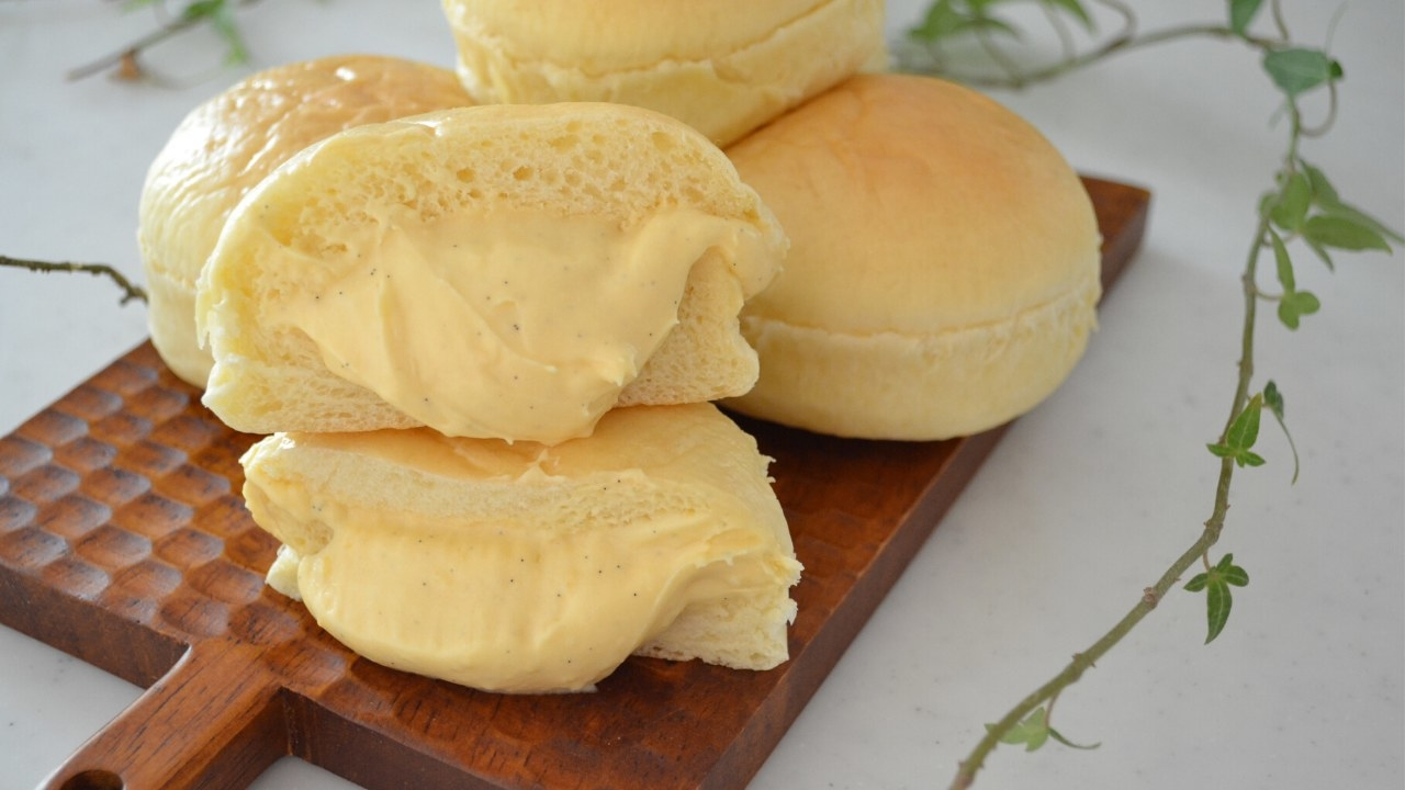 Several loaves of cream pan stuffed with cream.