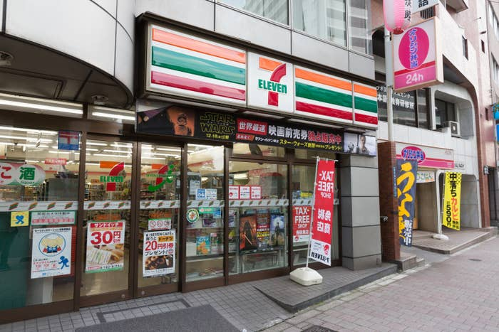the outside of a 7/11