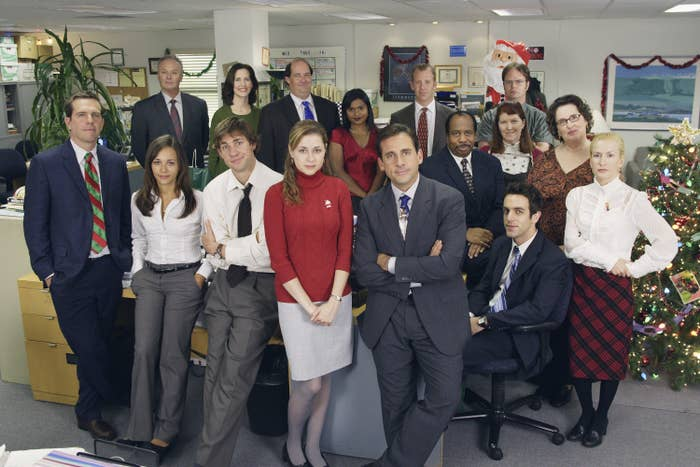The entire cast of the Office pose together on set