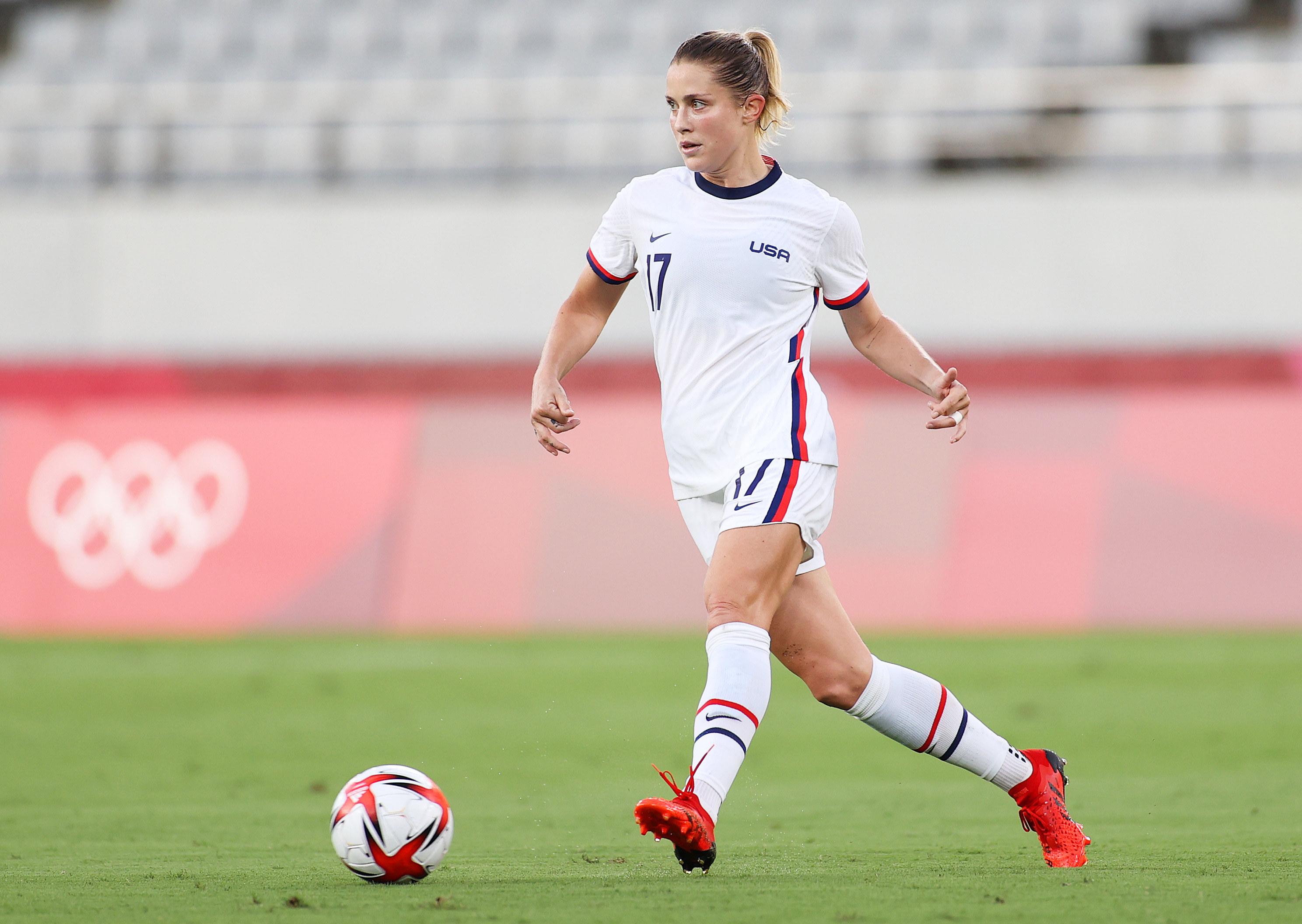 Abby Dahlkemper dribbles soccer ball