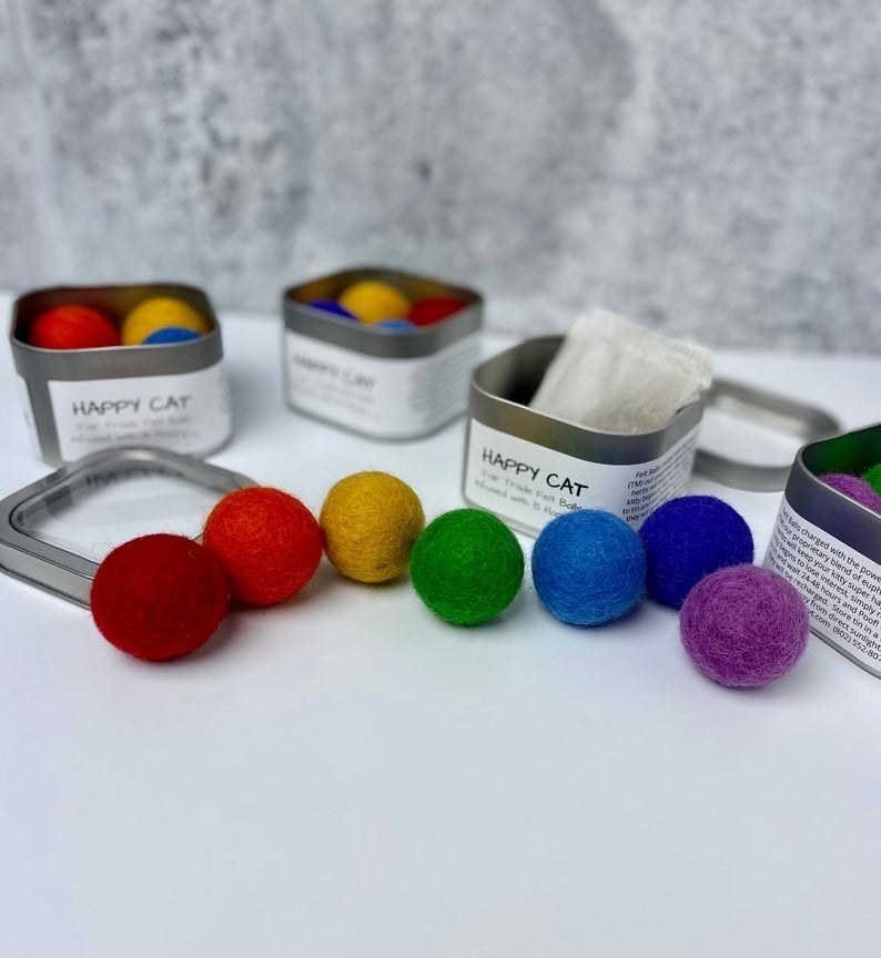 seven balls in the colors of the rainbow