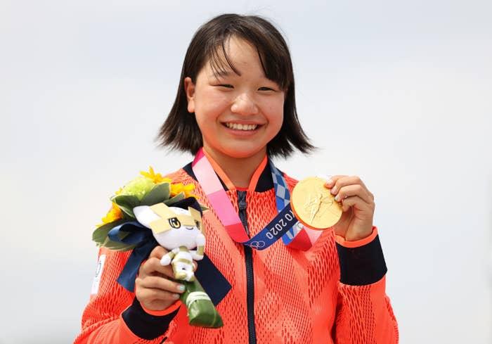 Momiji Nishiya holds gold medal