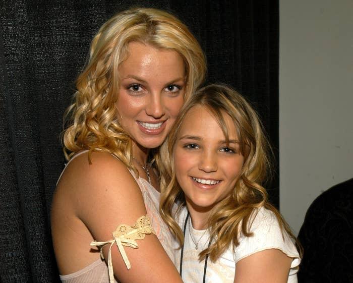 Britney hugs Jamie Lynn when she was just a teenager