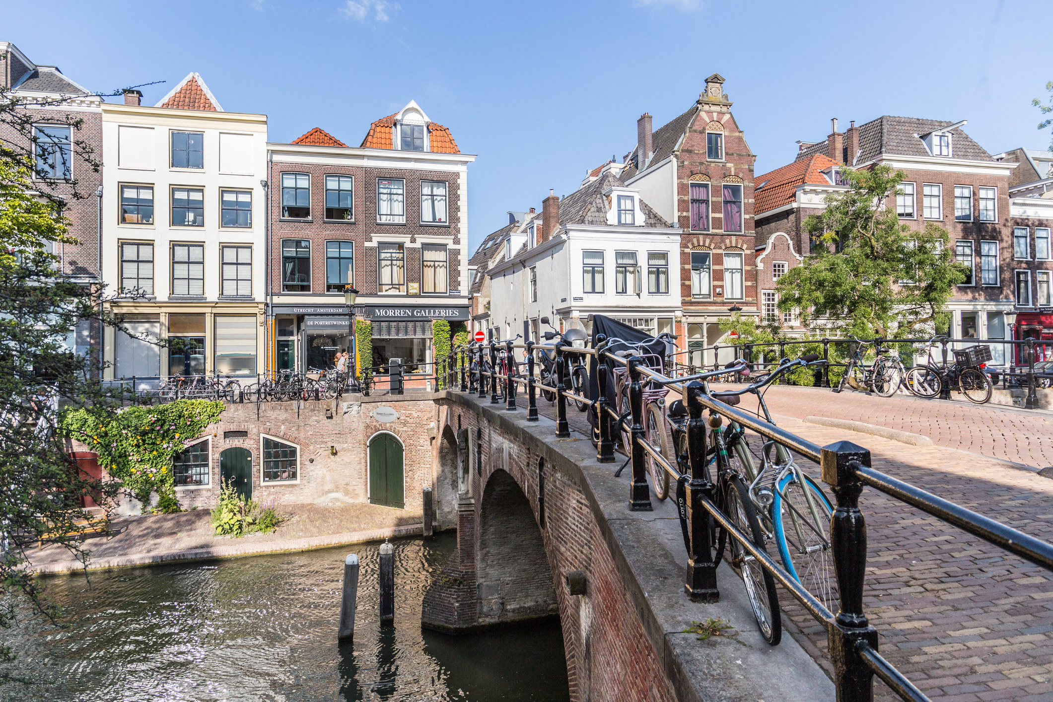 A bridge along a canals surrounded by narrow buildings in Utrecht.
