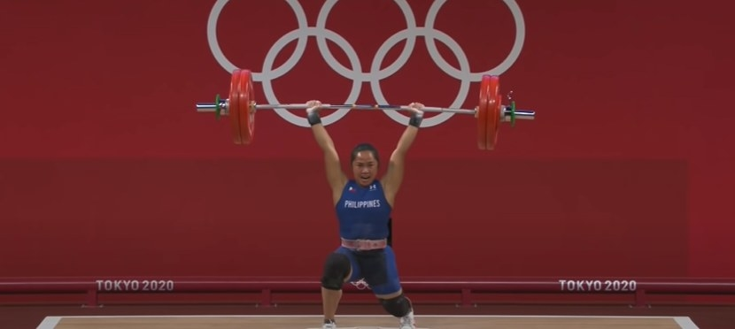 Hidilyn Diaz lifts weights above her head