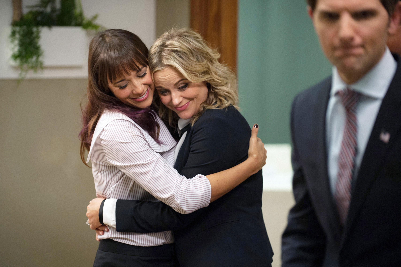 Rashida Jones and Amy Poehler hug each other