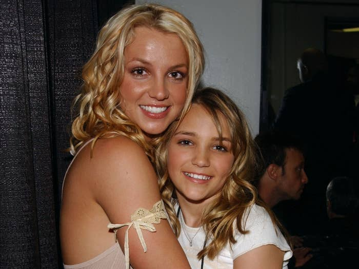 Britney holds onto a young Jamie Lynn