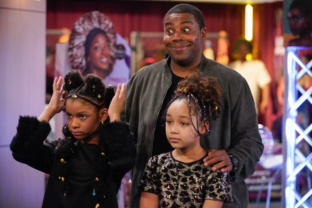 Kenan Thompson stands with his hands on the shoulders of Dani Lane and Dannah Lane