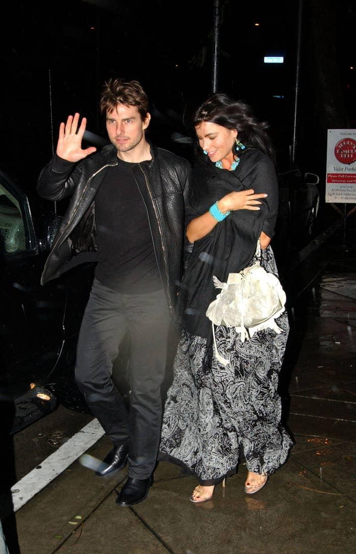 Tom Cruise and Sofia Vergara dodging paparazzi on their way into a car