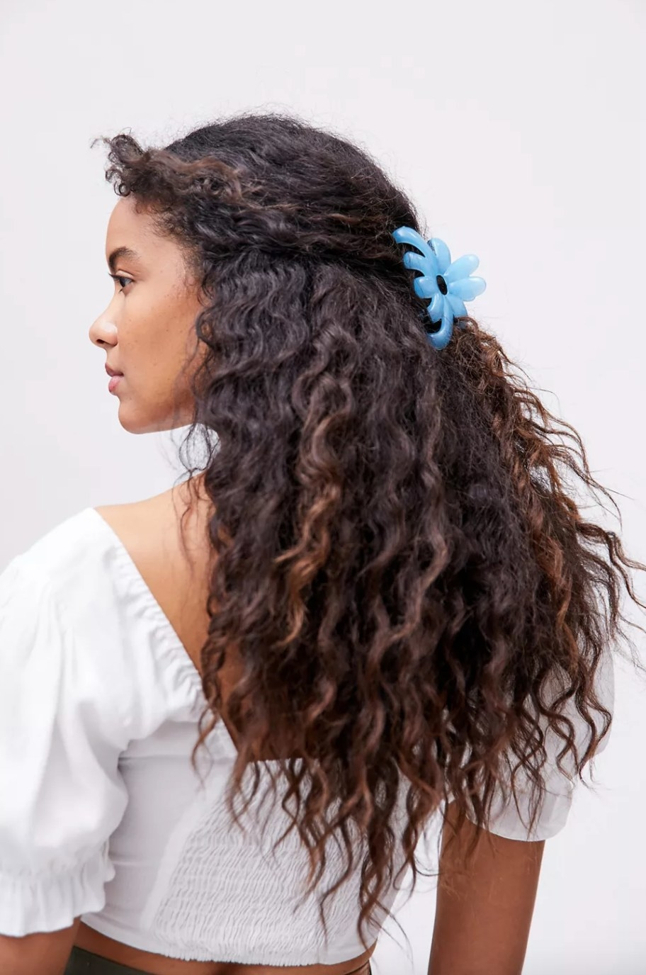 the flower claw clip in sky blue