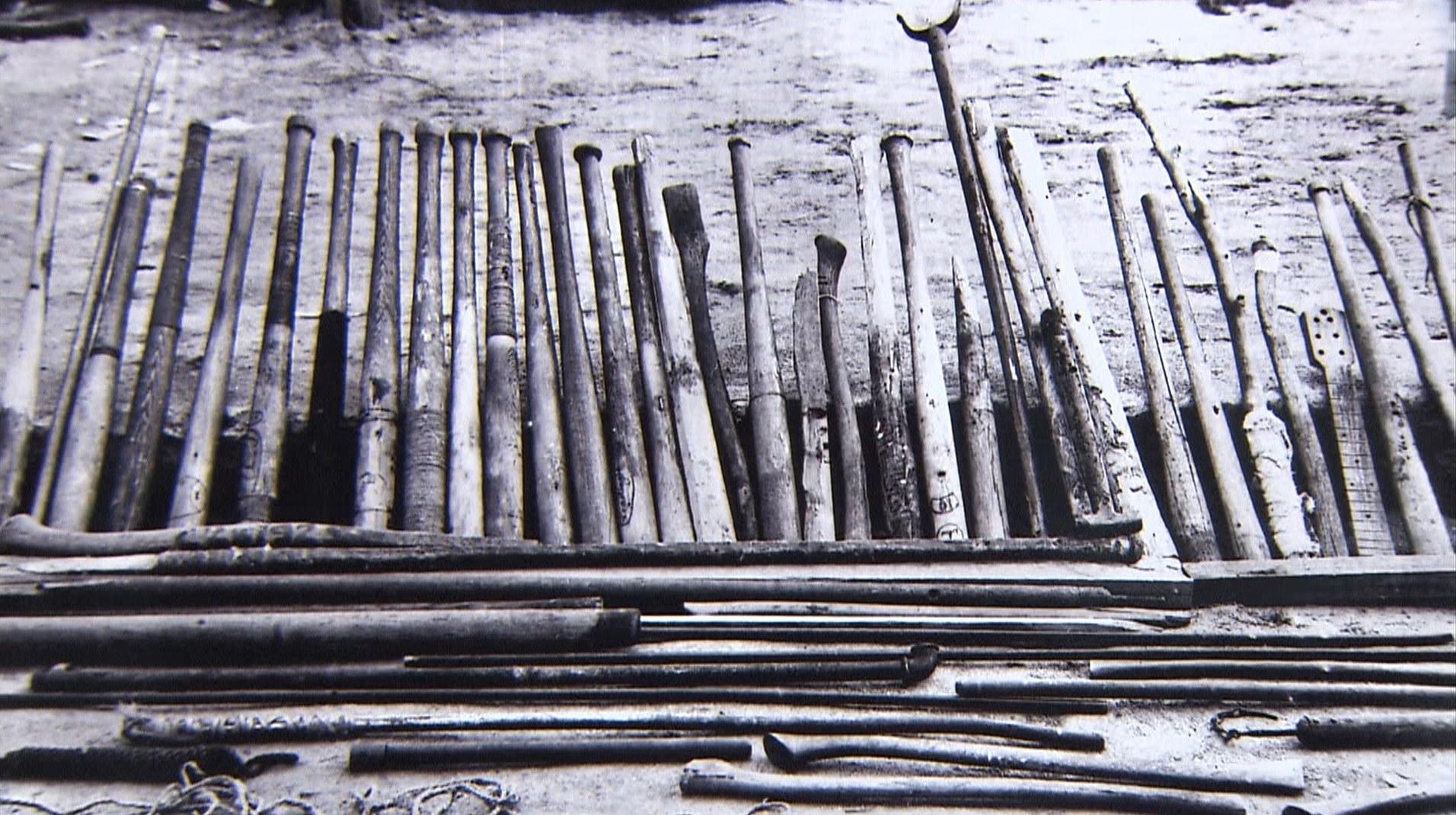 手製のバット。野球のレクリエーションのため作られたが、蜂起の際は武器となった。