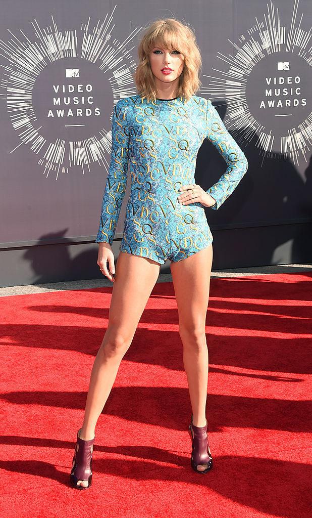 Taylor Swift in a short blue romper at the 2014 VMAs